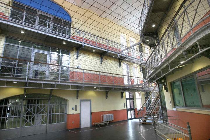 Obwohl er unter Aufsicht stand, tötete der junge Häftling in seiner Zelle.
