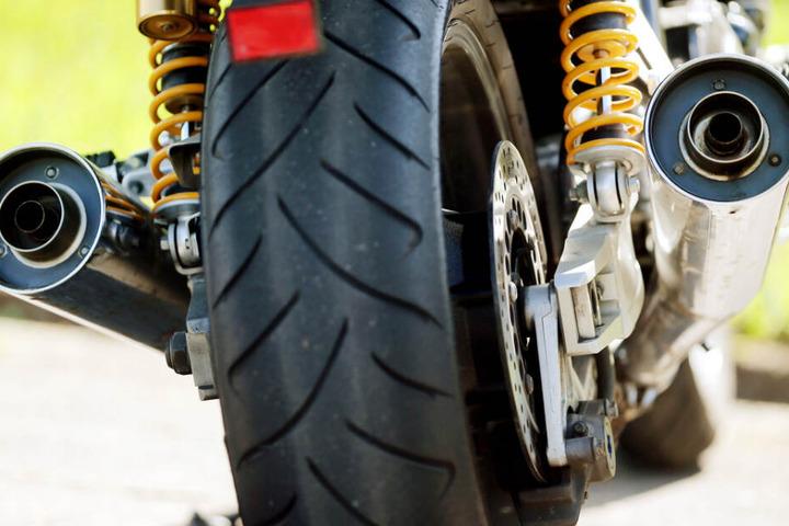 Ein Motorrad-Auspuff kann laut werden. (Symbolbild)