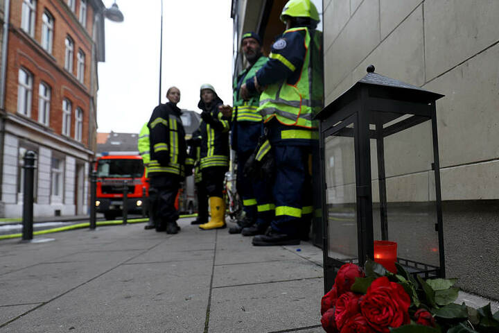 Bei dem Brand in einem Wohnhaus sind zwei Menschen ums Leben gekommen.