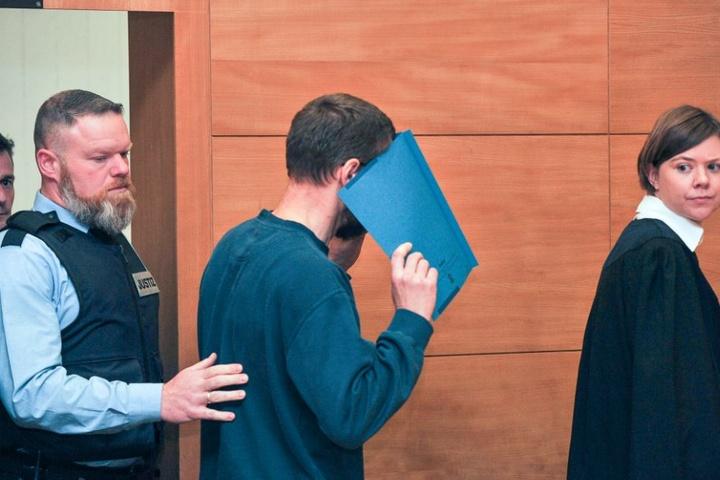 Zum Prozessbeginn verdeckte der Angeklagte sein Gesicht.