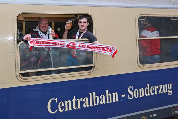 Gleich geht die Reise los! Bernd Schütz (l.) und Philipp Kristof sind seit vielen Jahren begeisterte Eispiraten-Fans.