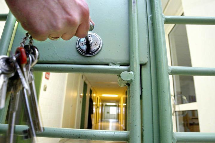 Der 79 Jahre alte Mann sitzt nun in Untersuchungshaft (Symbolbild).