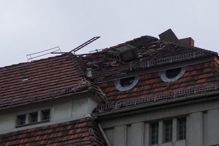 Der Schornstein könnte durch das Dach in die Wohnung stürzen.