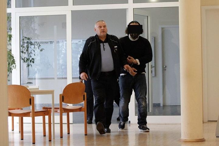 Oualid A. (41) wurde aus der Haft ins Gericht gebracht.