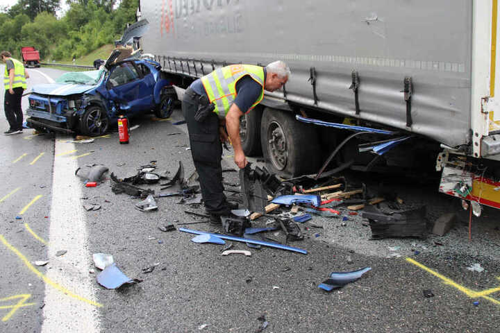 Der Mann fuhr mit den zwei Kindern an Bord in einen Lkw, der wegen einer Panne auf dem Standstreifen stand.