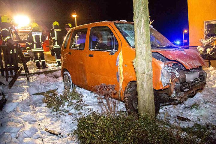 Beide Insassen des Opel wurden verletzt in ein Krankenhaus gebracht.