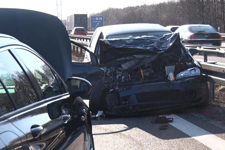 Reichlich Schrott auf der Autobahn. In etwa zweieinhalb Stunden ereigneten sich bei Ohorn sechs Unfälle mit 16 beteiligten Fahrzeugen, darunter ein Motorrad.