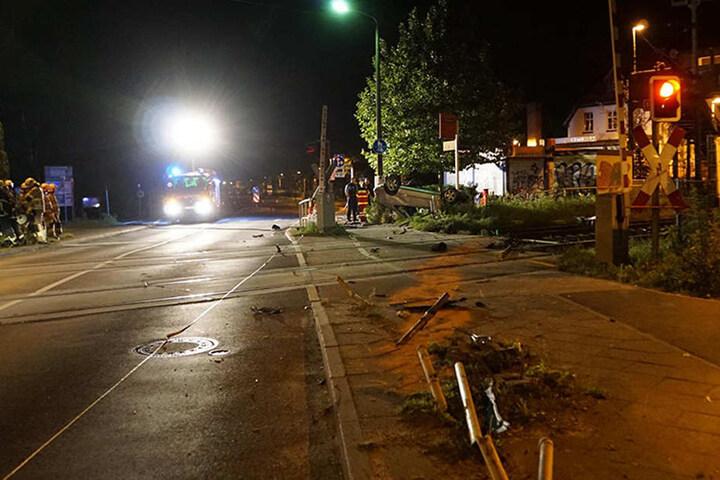 Die Schranke wurde vollständig zerstört. Der Bahnübergang bleibt bis auf Weiteres gesperrt.