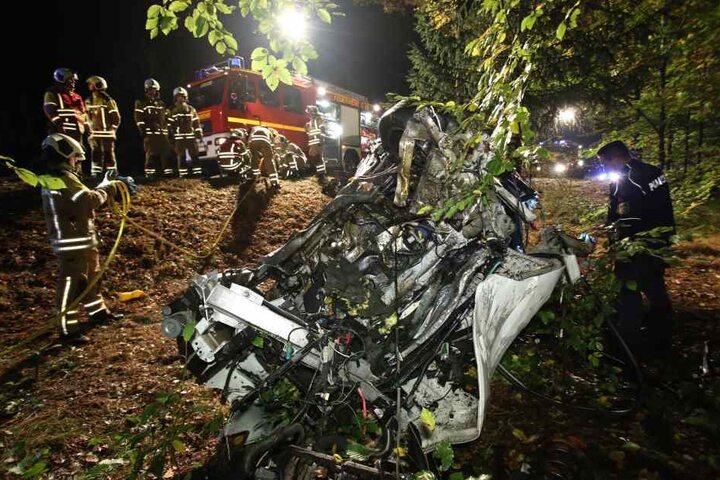 Das völlig zerbeulte Auto wurde von der Feuerwehr und Abschleppdienst geborgen.
