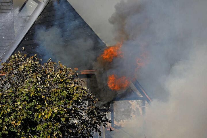 Die Flammen griffen von einem Schuppen auf ein Wohngebäude über.
