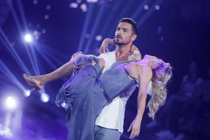 Benjamin Piwko, Schauspieler, und Isabel Edvardsson, Profitänzerin, tanzen in der RTL-Tanzshow Let's Dance im Coloneum