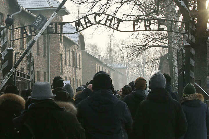 Überlebende des früheren Konzentrationslagers Auschwitz nehmen am 27.01.2019 an einer Gedenkveranstaltung anlässlich des 74. Jahrestages der Befreiung von Auschwitz teil.