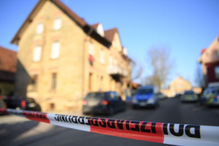 In und vor einem Haus in der Bahnhofstraße wurde auf die Menschen geschossen. Die Polizei hat den Tatort weitläufig abgesperrt.