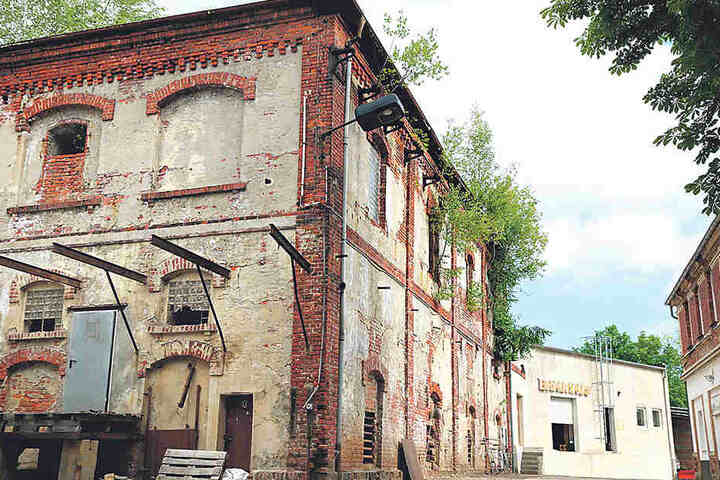 Die Brauerei-Ruine in der Augustusburger Straße wird Stück für Stück wieder instand gesetzt - mithilfe von Abfall.