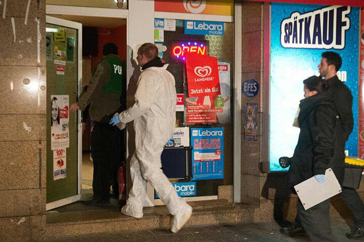 Ermittler am Tatort: In diesem Wettbüro wurde im Januar 2014 ein Mann erschossen.