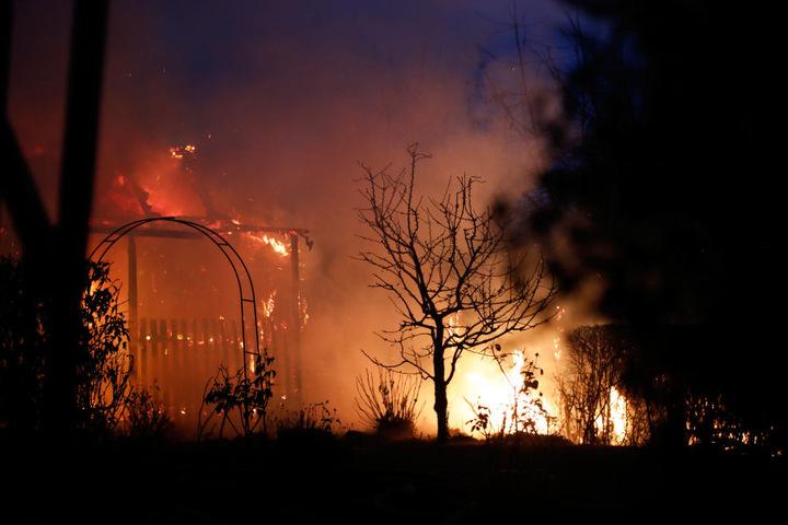 Als die Feuerwehr eintraf, brannte das Gartenhäuschen schon lichterloh.