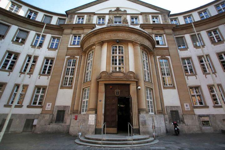 Vor dem Landgericht Frankfurt (Archivbild) wird von Dienstag an über den Fall verhandelt.