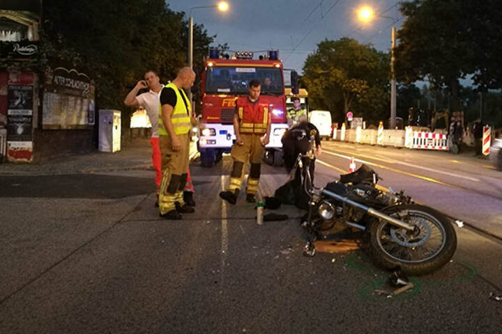 Ein Auto ist in ein Motorrad gekracht. Der Krad-Fahrer wurde verletzt ins Krankenhaus gebracht.