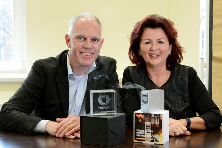 Hightech und Tradition: Viola Klein, Geschäftsführerin der Saxonia Systems,  und KWO-Chef Stefan Feldevert (49) mit dem Gift Award.