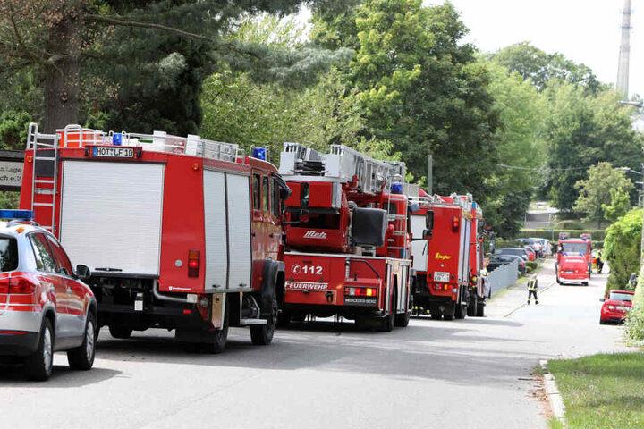 Die Feuerwehr ist mit mehreren Einsatzwagen vor Ort.