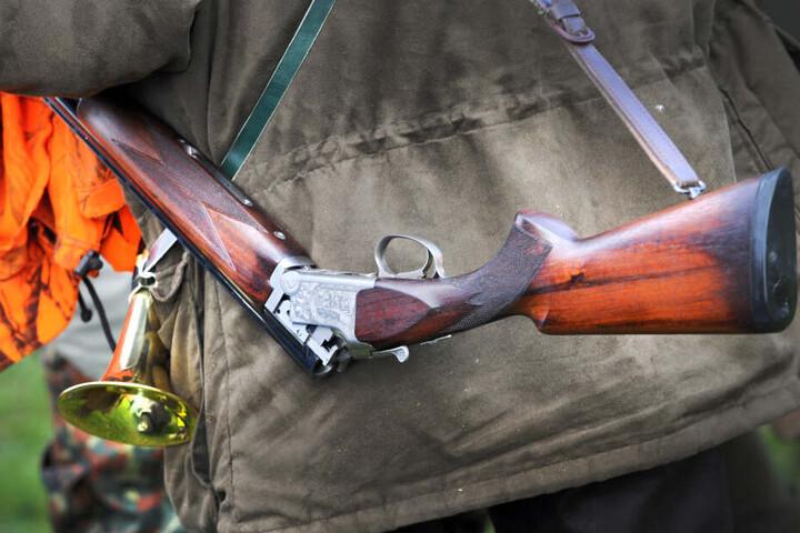 Nach dem Vorfall musste der Mann sein Gewehr an den Nagel hängen und verlor seinen Jagdschein. (Symbolbild)