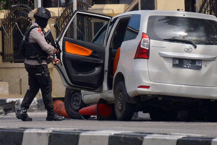 Die Angreifer nutzten unter anderem ein Auto, um in die Polizeistation zu gelangen.