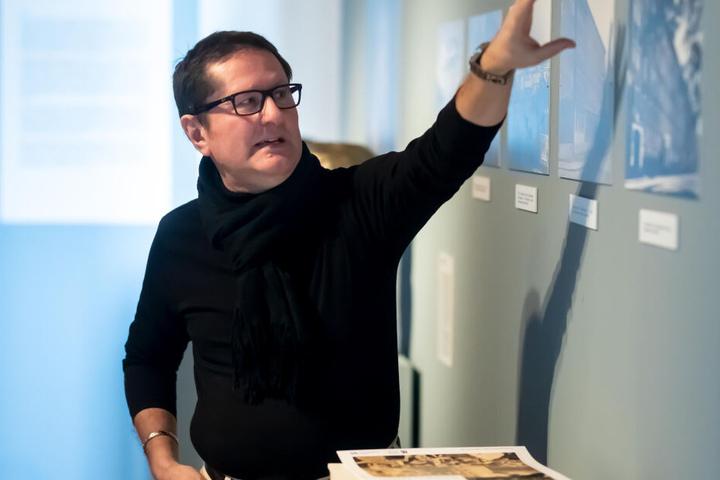 Museumsleiter Uwe Fiedler (58) zeigt Bilder in der neuen Ausstellung zum Wiederaufbau von Chemnitz.