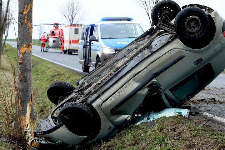 Die Kreisstraße wurde nach dem Unfall gesperrt.