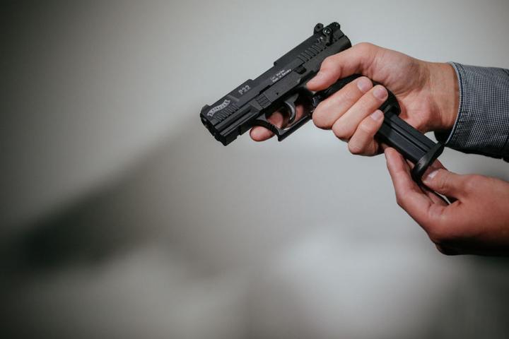Die Frau feuerte einen Schuss aus der Schreckschusspistole ab.