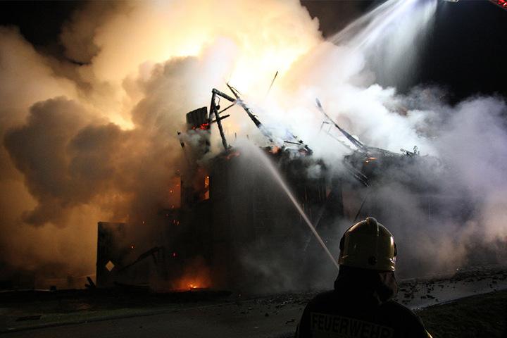 Bei der Ankunft der Feuerwehr schlugen die Flammen aus dem Giebel.