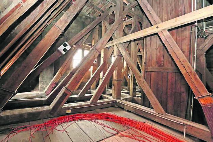 Im hölzernen Dachstuhl des Gewandhauses haben Mittwoch die Arbeiten begonnen.  Den Zuschlag erhielt eine Firma aus Frankenberg.