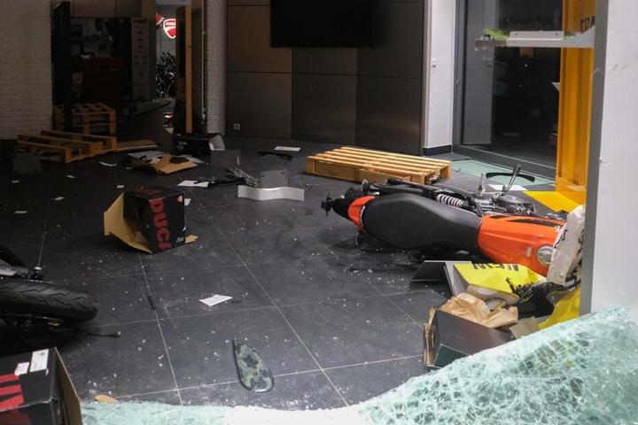 Ein von den Fans zerstörter Ducati-Laden in Paris.