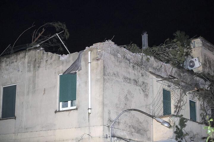 Der Tornardo zerstörte einige Dächer und Autos. Auch der Zugverkehr nördlich von Rom musste unterbrochen werden.