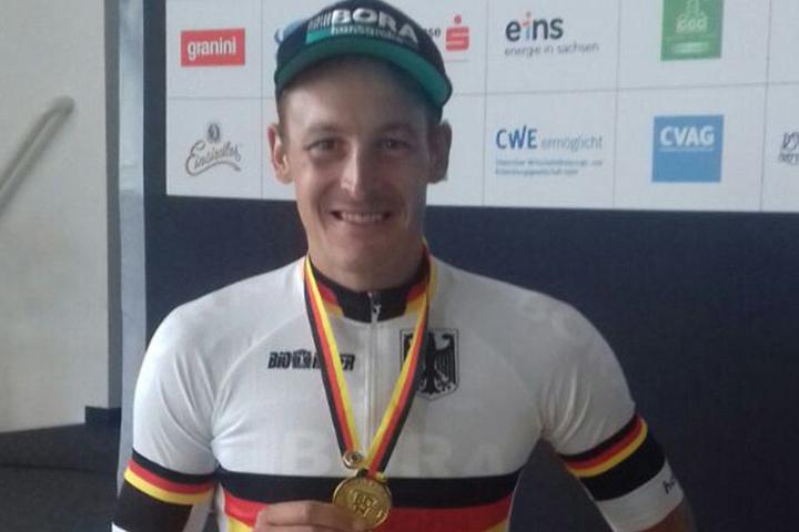 Stolz präsentiert der Sieger seine Medaille.