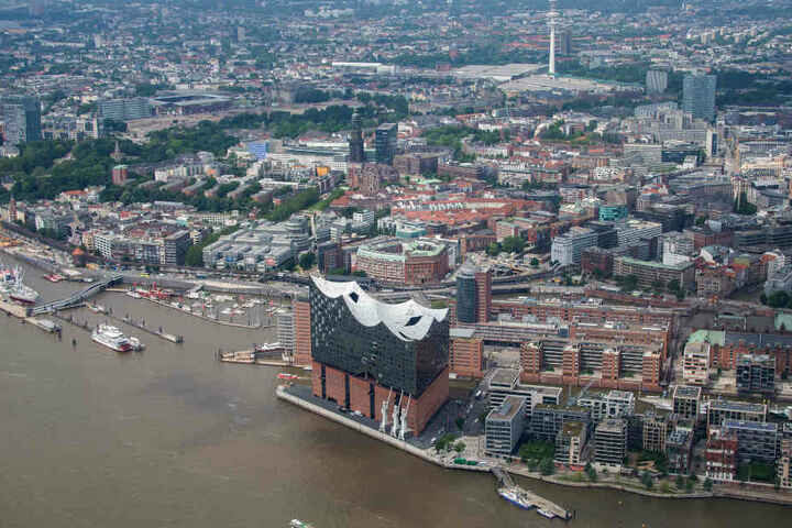 Auch aus der Luft ist die Elbphilharmonie deutlich zu erkennen.
