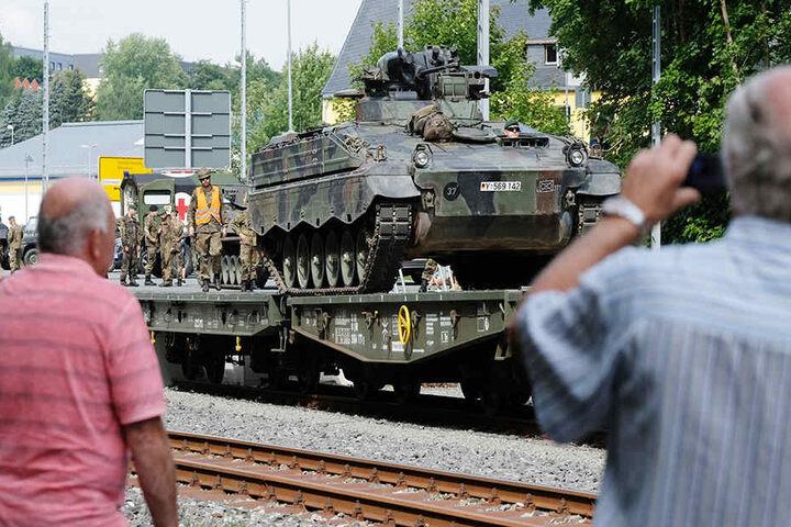Zahlreiche Schaulustige beobachteten den Abtransport der Panzer.