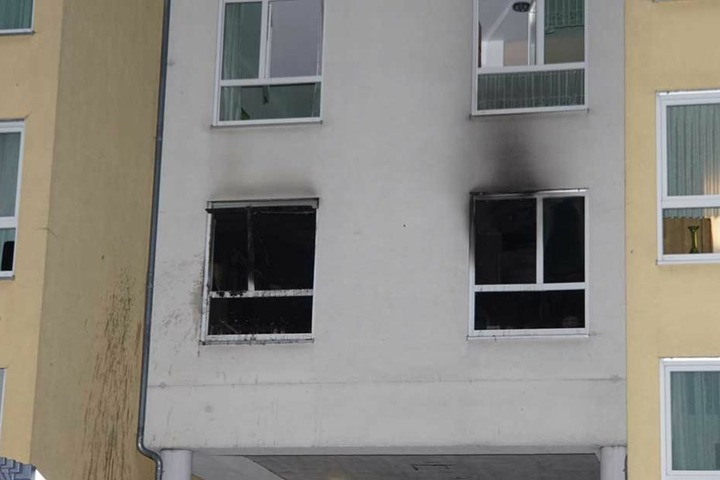 Deutlich zu erkennen sind die Brandspuren in der Wohnung. Eine Bewohnerin kam bei dem Feuer ums Leben.