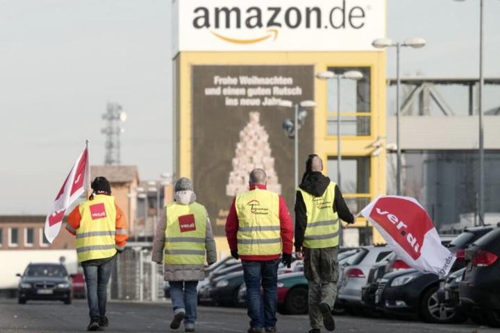An sieben Amazon-Standorten treten die Mitarbeiter in Streik.