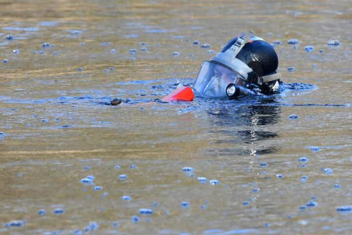 Passanten entdeckten die Wasserleiche am Montagvormittag. Zuvor blieben Taucher bei der Suche nach Ilka erfolglos. (Symbolbild)