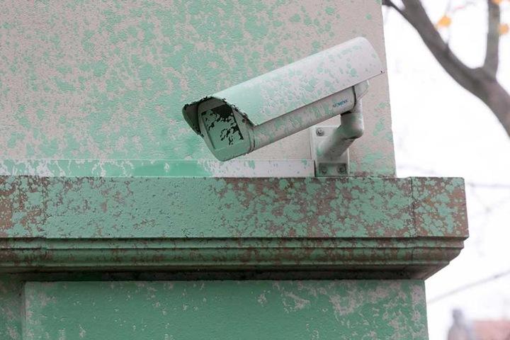 Auch die Überwachungskamera wurde getroffen.