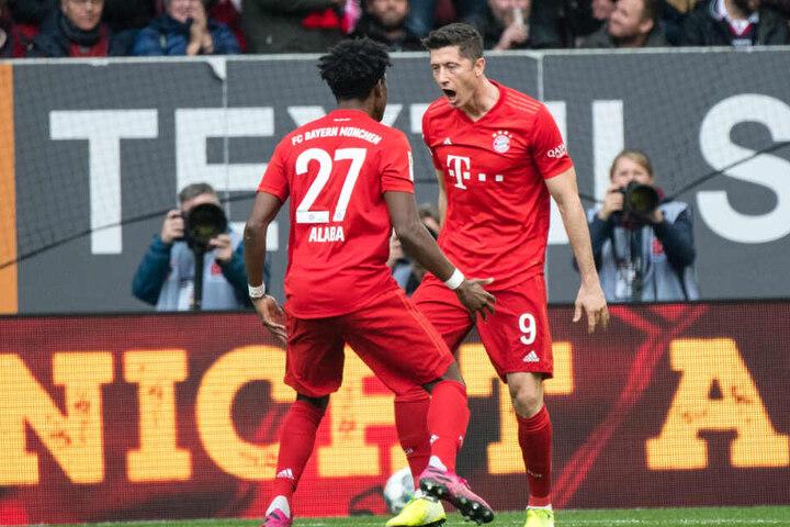David Alaba (l) und Torschütze Robert Lewandowski jubeln über den Treffer zum 1:1.