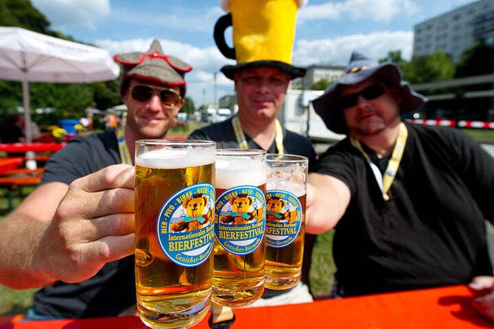 Zünftig geht es am Wochenende auf der Karl-Marx-Straße zu. Auf der Biermeile ist für jeden Geschmack etwas dabei. (Symbolbild)