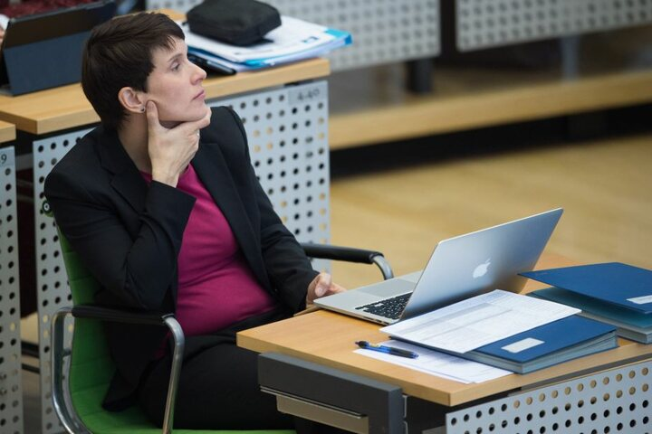 Frauke Petry, Vorsitzende der Blauen Partei, sitzt während der Landtagssitzung im Plenum. Erkennt man hier schon (deutlich) ein Baby-Bäuchlein?