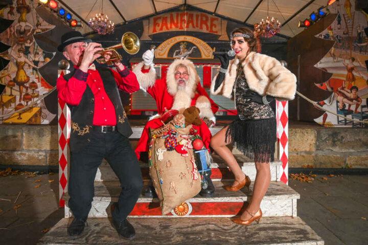 Weihnachtsmann Richard Riesel (72), Sängerin Wlada (32) und Trompeter Stefan (55) von der Band Cirque du Monde treten beim Historisch-romantischen Weihnachtsmarkt auf der Festung Königstein auf.