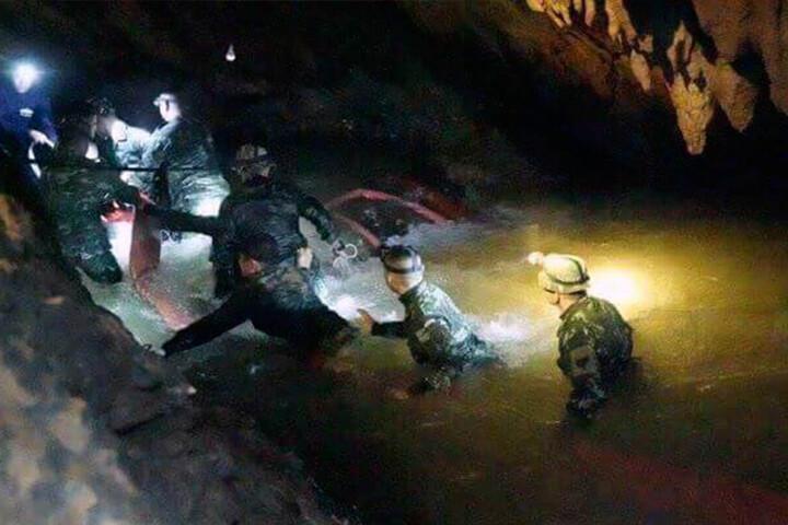 Dieses vom Tham Luang Rescue Operation Center zur Verfügung gestellte Bild zeigt eine Suchmannschaft, die eine Höhle betritt, in der die Jugendfußballer und ihre Trainer gefangen waren.