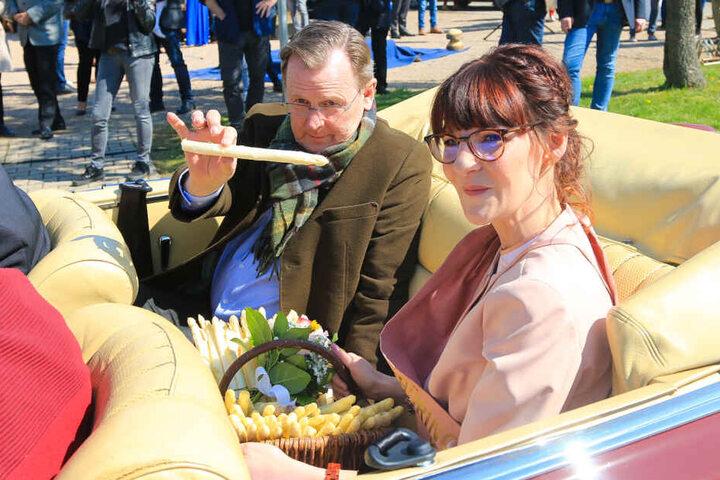 Bodo Ramelow war gemeinsam mit der Spargelkönigin unterwegs.