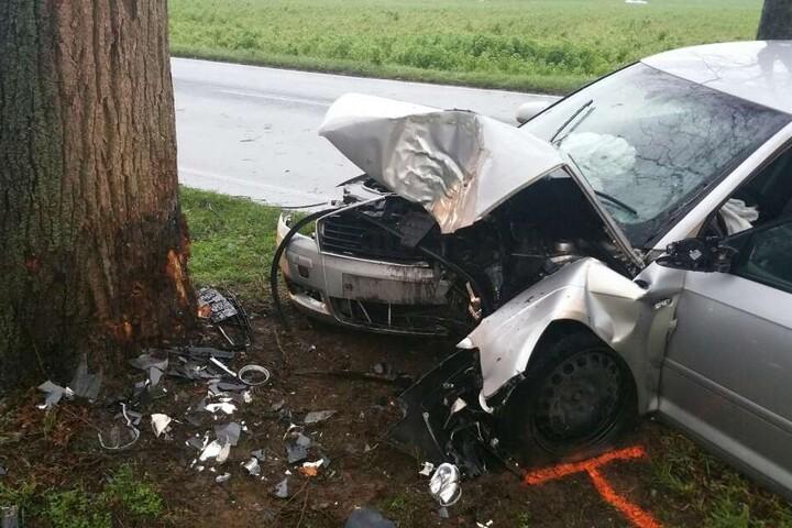 Ein Auto ist auf der B9 frontal gegen einen Baum geprallt.