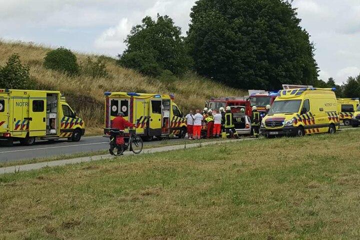 Rettungskräfte befreiten die Familie aus dem Skoda.