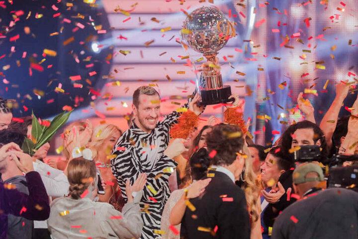"""Pascal Hens, ehemaliger Handballer, und Ekaterina Leonova, Profitänzerin, freuen sich in der RTL-Tanzshow """"Let's Dance"""" im Coloneum mit dem Pokal über den Sieg."""