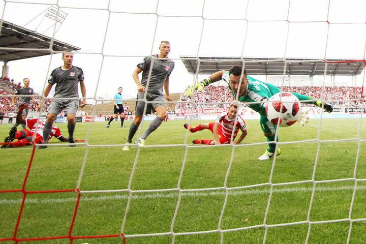 Der erste Treffer für Mike Könnecke im FSV-Trikot. Im Fallen drückte er die Kugel über die Linie. Den zweiten Treffer bereitete er vor.
